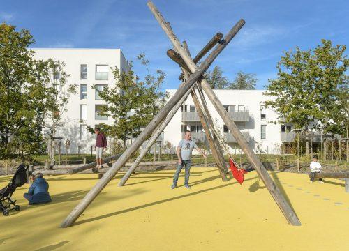 Le square Marie-Madeleine Fourcade offre une aire de jeux pour les enfants, des tables de pique-nique, un barbecue, des bancs, une table de ping-pong © Thierry Mézerette.